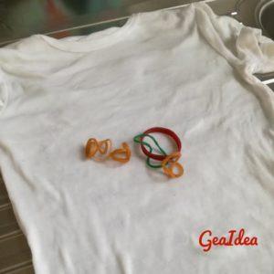Maglietta ed elastici per la decorazione.