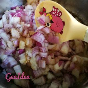 Mettete tutti gli ingredienti della composta di cipolle sul fornello