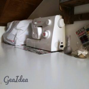 Macchina da cucire e tagliacuci nel laboratorio di cucito
