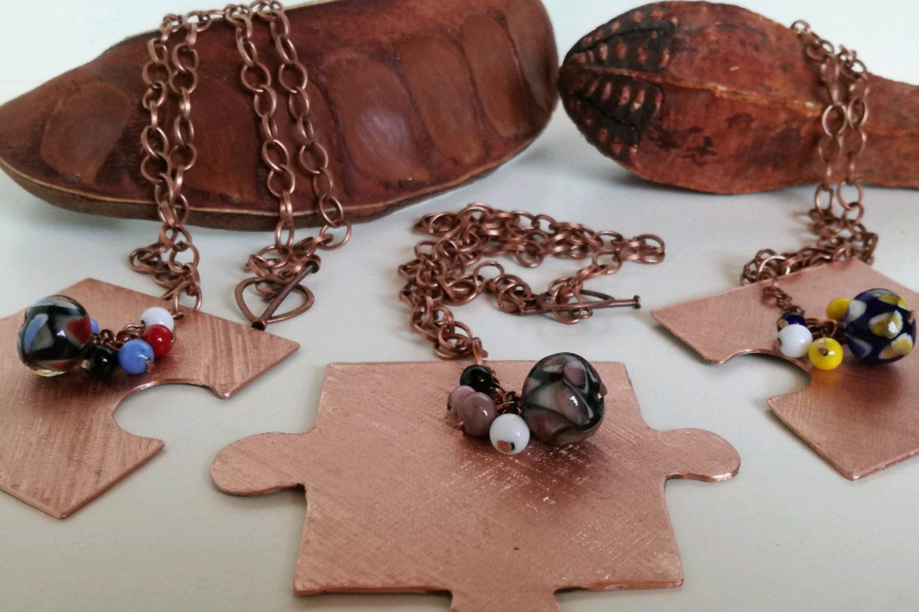 Collana puzzle in vetro di Murano per tre amiche.