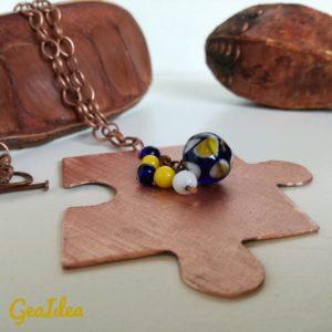 Terza collana con perla blu e gialla.